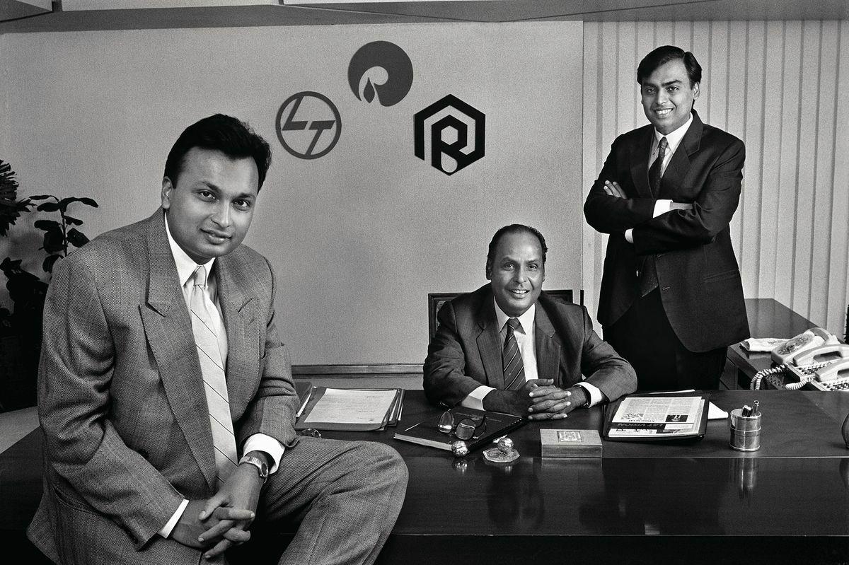 Anil (bên trái) and Mukesh(bên phải) cùng cha Dhirubhai Ambani vào năm1986.Ảnh: Trunk Archive