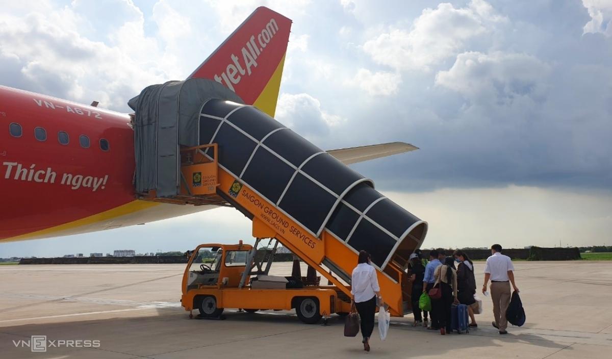 Xe thang SAGS phục vụ một chuyến bay của Vietjet khởi hành từ TP HCM.Ảnh: Phương Đông.