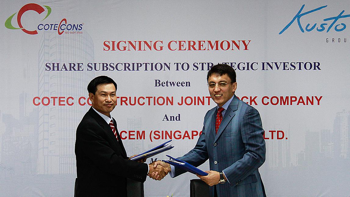 Ông Nguyễn Bá Dương và ôngTalgat Turumbayevđại diện cho Coteccons và Kusto ký hợp tác chiến lược năm 2012. Ảnh: CTD.