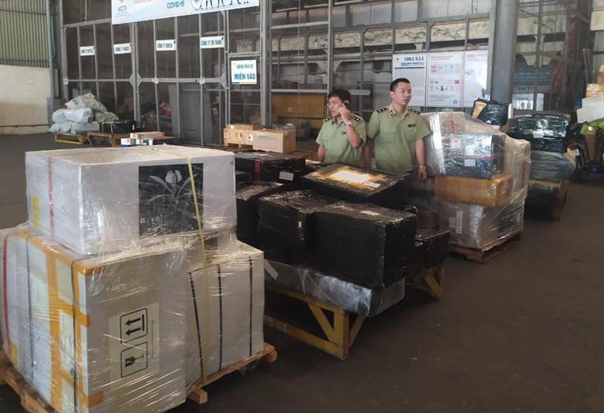 Quản lý thị trường Hà Nội kiểm tra lô hàng nghi nhập lậu tại sân bay Nội Bài. Ảnh: QLTT Hà Nội
