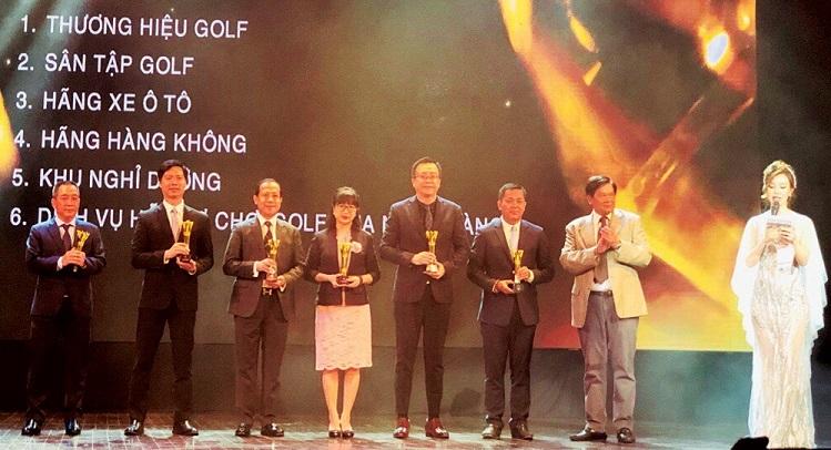 Đại diện Sacombank, ông Ngô Quốc Hùng - Phó Giám đốc Khu vực TP. Hà Nội (ngoài cùng bên trái) nhận giải Dịch vụ hỗ trợ chơi golf của Ngân hàng được người chơi yêu thích nhất năm.