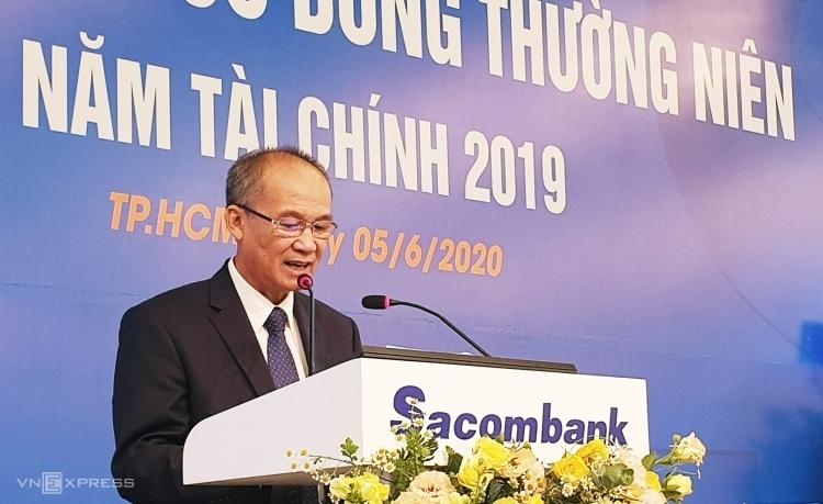 Ông Dương Công Minh trả lời cổ đông tại phiên họp thường niên sáng 5/6. Ảnh: Phương Đông.