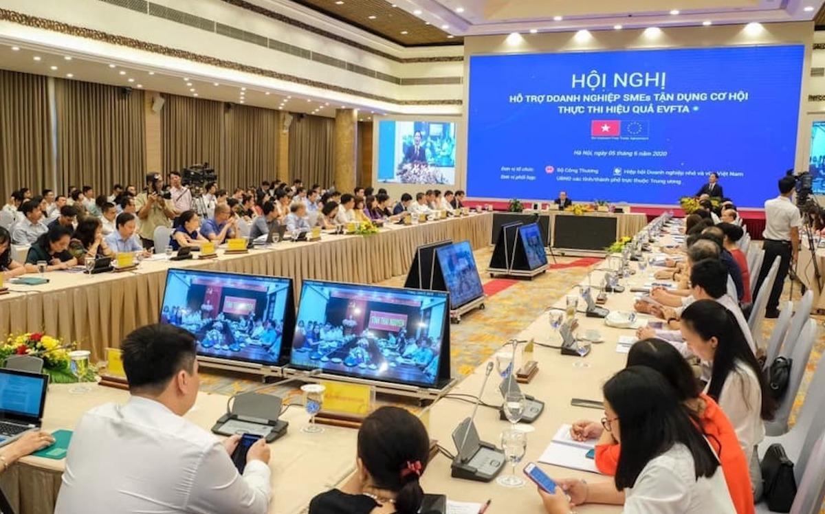 Các doanh nghiệp vừa và nhỏ tham dự hội nghị trực tuyến tại đầu cầu Hà Nội. Ảnh: Anh Minh
