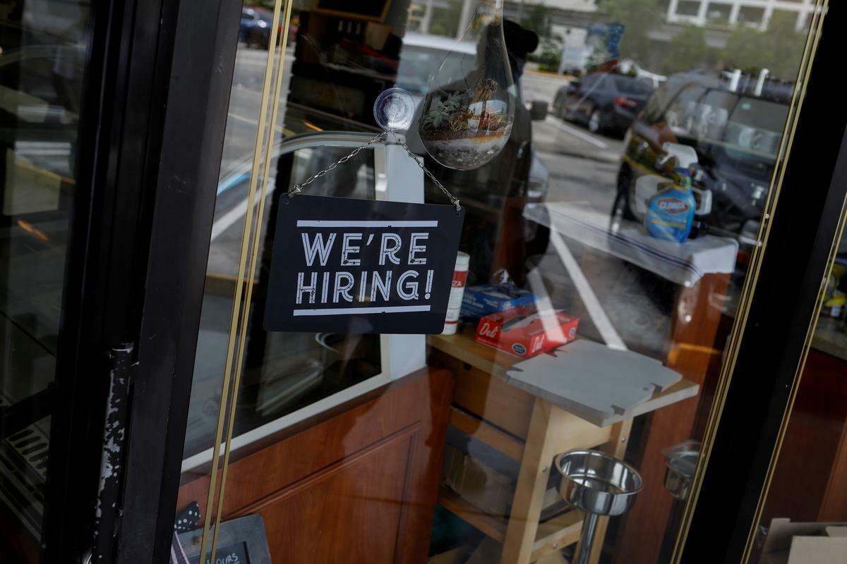 Thông báo tuyển dụng bên ngoài một nhà hàng ở Miami, Florida. Ảnh: Reuters