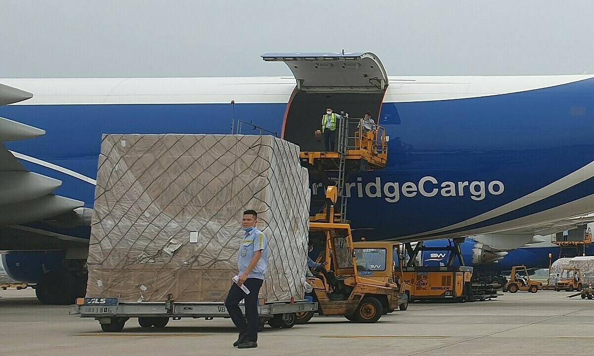 Một kiện hàng khẩu trang y tế đang được đưa lên máy bay củaAirBridge Cargo Airlines. Ảnh: ITL