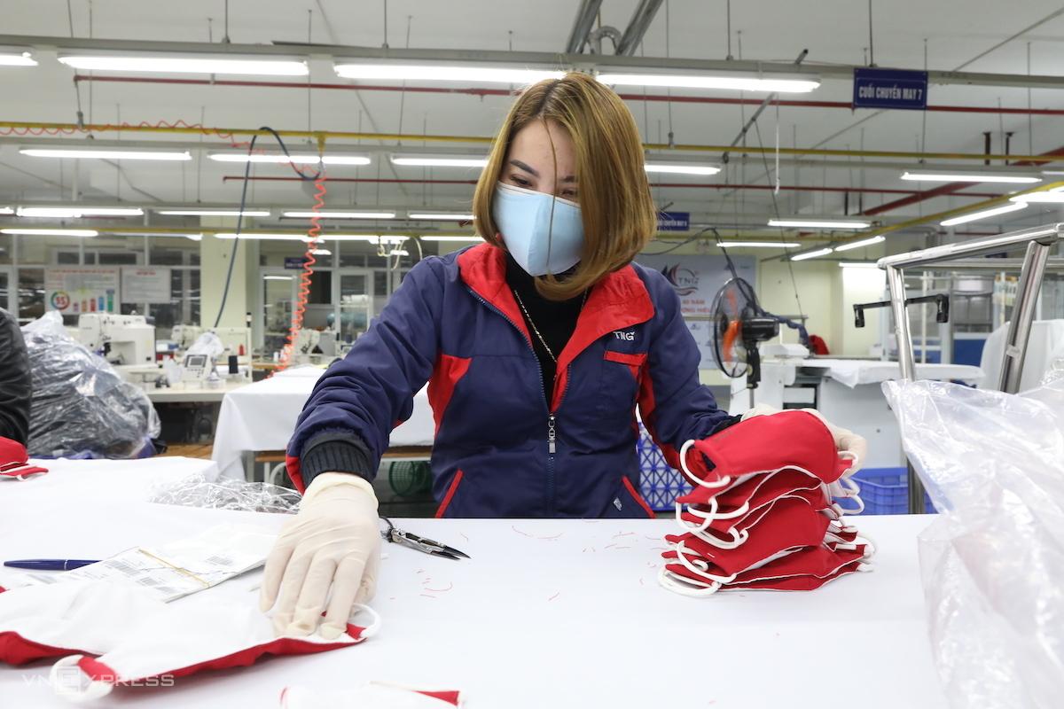 Công nhân sản xuất khẩu trang tại phân xưởng Công ty TNG (Thái Nguyên). Ảnh: Ngọc Thành