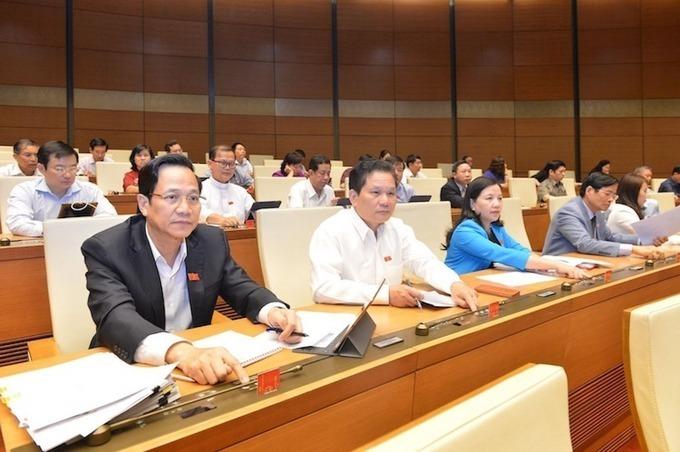 Các đại biểu Quốc hội biểu quyết thông qua Nghị quyết.Ảnh: Hoàng Phong