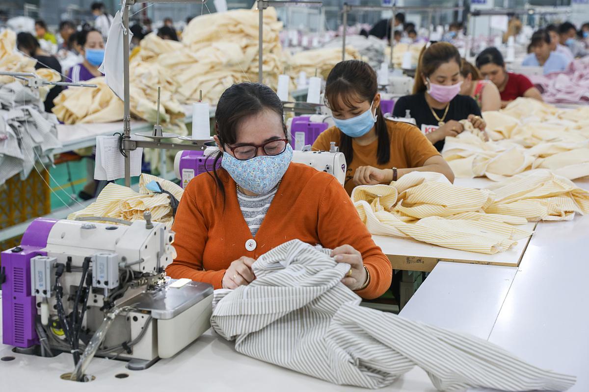 Công nhân làm việc trong một công ty may mặc ở Khu công nghiệp Tân Đô, Long An ngày 29/2.Ảnh: Quỳnh Trần