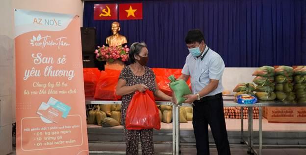 Đại diện Quỹ trao phần quà trong một chương trình.