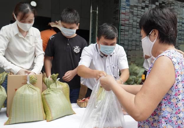Các nhu yêu phẩm được gửi đến người dân khó khăn.