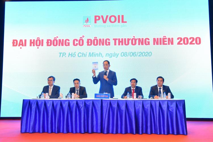Ông Cao Hoài Dương (đứng) - Thành viên HĐQT, Tổng giám đốc PVOIL điều hành đại hội.