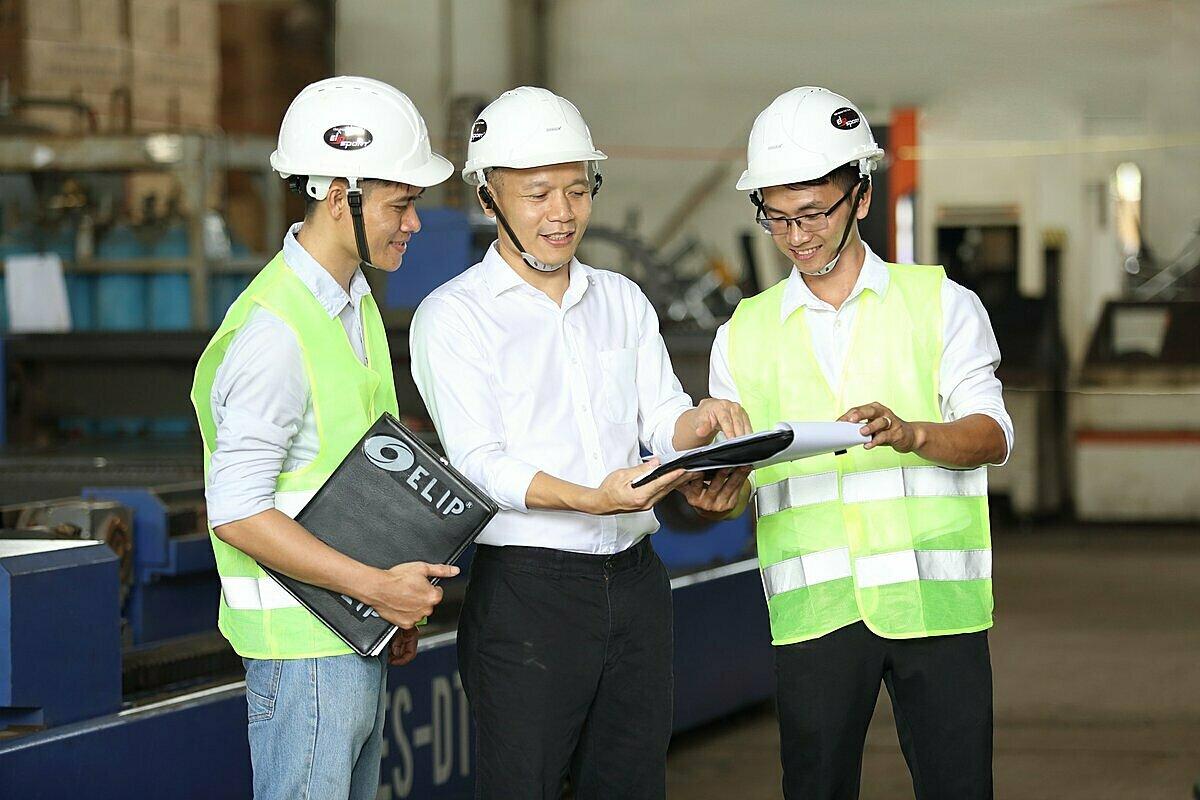 CEO Lê Mạnh Trườngquyết định đầu tư 10 triệu USD, tập trung sản xuất thiết bị thể thao cạnh tranh thị trường.