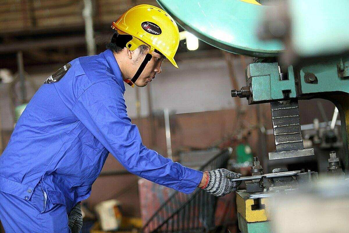 Công nhân nhà máy Elipsport tuân thủ nghiêm ngặt quy trình làm việc