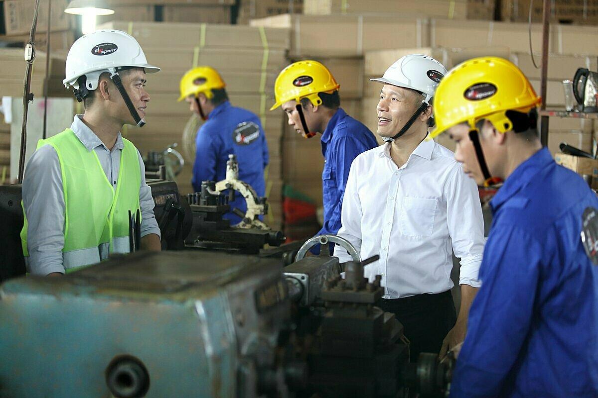 CEO Lê Mạnh Trường trò chuyện cùng các kỹ sư, theo sát quá trình sản xuất thiết bị thể thao.