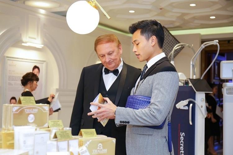 Ông Nguyễn Thế Anh (phải) - Tổng giám đốc H&H trao đổi với đối tác từ thương hiệu mỹ phẩm Thalissi (Tây Ban Nha) trong sự kiện Dấu ấn 30 năm của Tập đoàn Thanh Hằng.