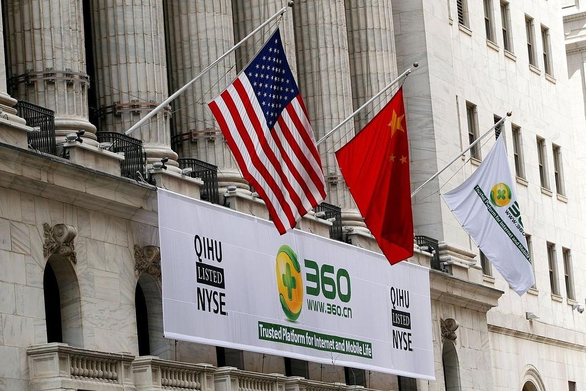 Cờ Mỹ và Trung Quốc bên ngoài Sở giao dịch chứng khoán New York khi công ty QIHU niêm yết vào tháng 3/2011. Ảnh: Reuters