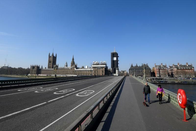 Người dân đi lại trên cầu Westminster vắng vẻ hồi tháng 3. Ảnh: Reuters