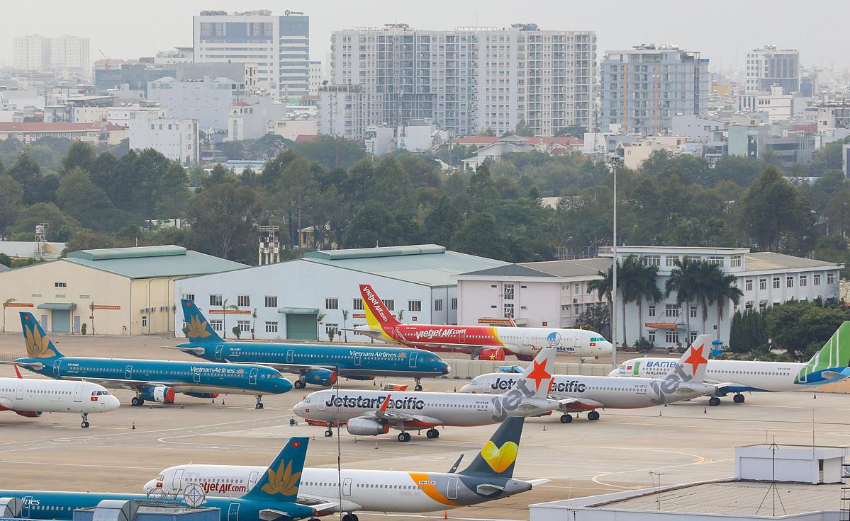 Nhiều máy bay nằm chờ tại sân bay Tân Sơn Nhất. Ảnh: Như Quỳnh.