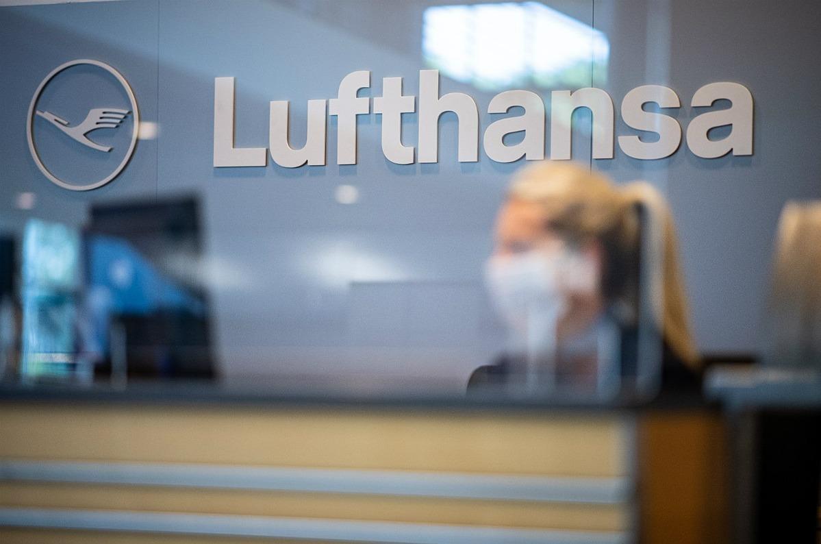 Nhân viên đeo khẩu trang làm việc trong một văn phòng củaLufthansa. Ảnh: DPA
