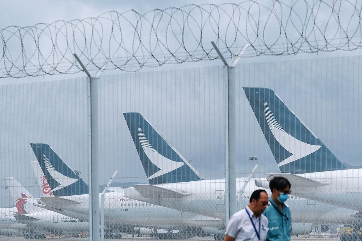 Máy bay củaCathay Pacific đỗ bên trong sân bay Hong Kong. Ảnh: Bloomberg