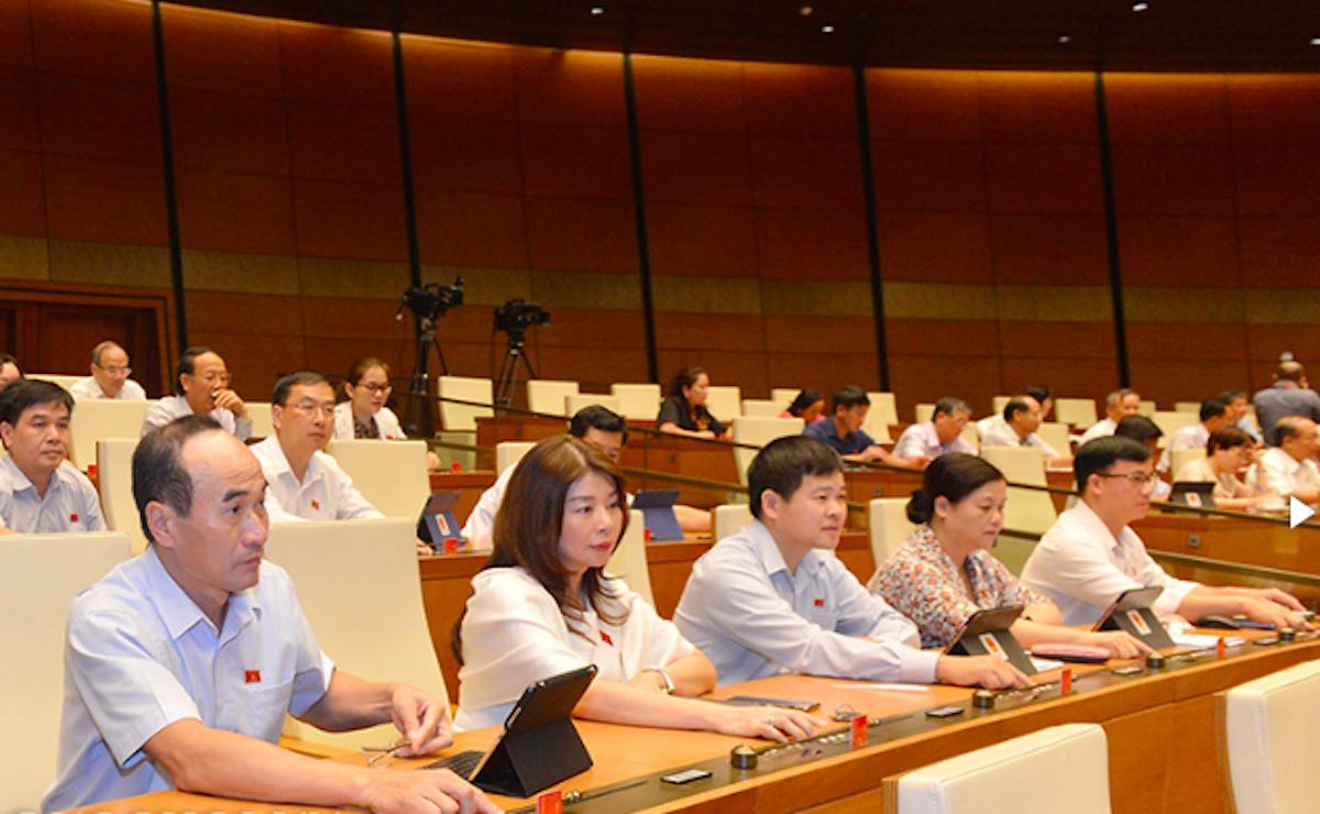 Các đại biểu Quốc hội bấm nút thông qua Luật Đầu tư sửa đổi. Ảnh: Trung tâm báo chí Quốc hội