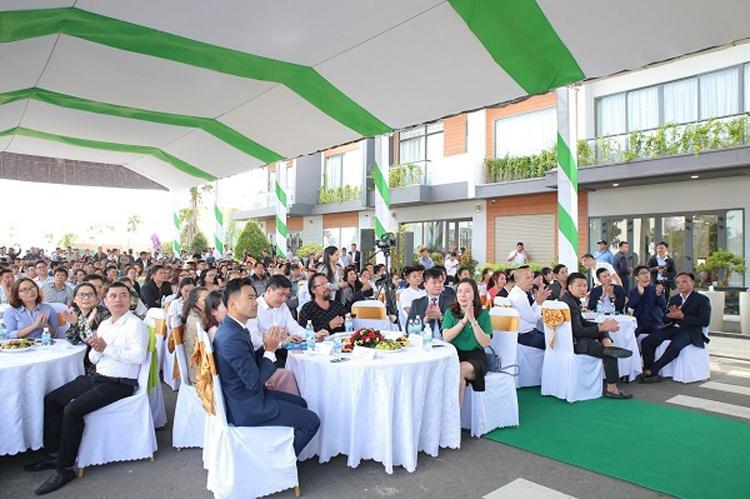 Hàng trăm khách hàng tham gia sự kiện ra mắt dự án.