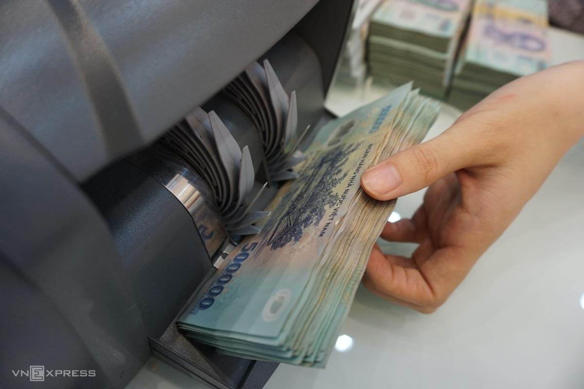 Giao dịch tại quầy một ngân hàng thương mại tại TP HCM. Ảnh: Anh Tú.