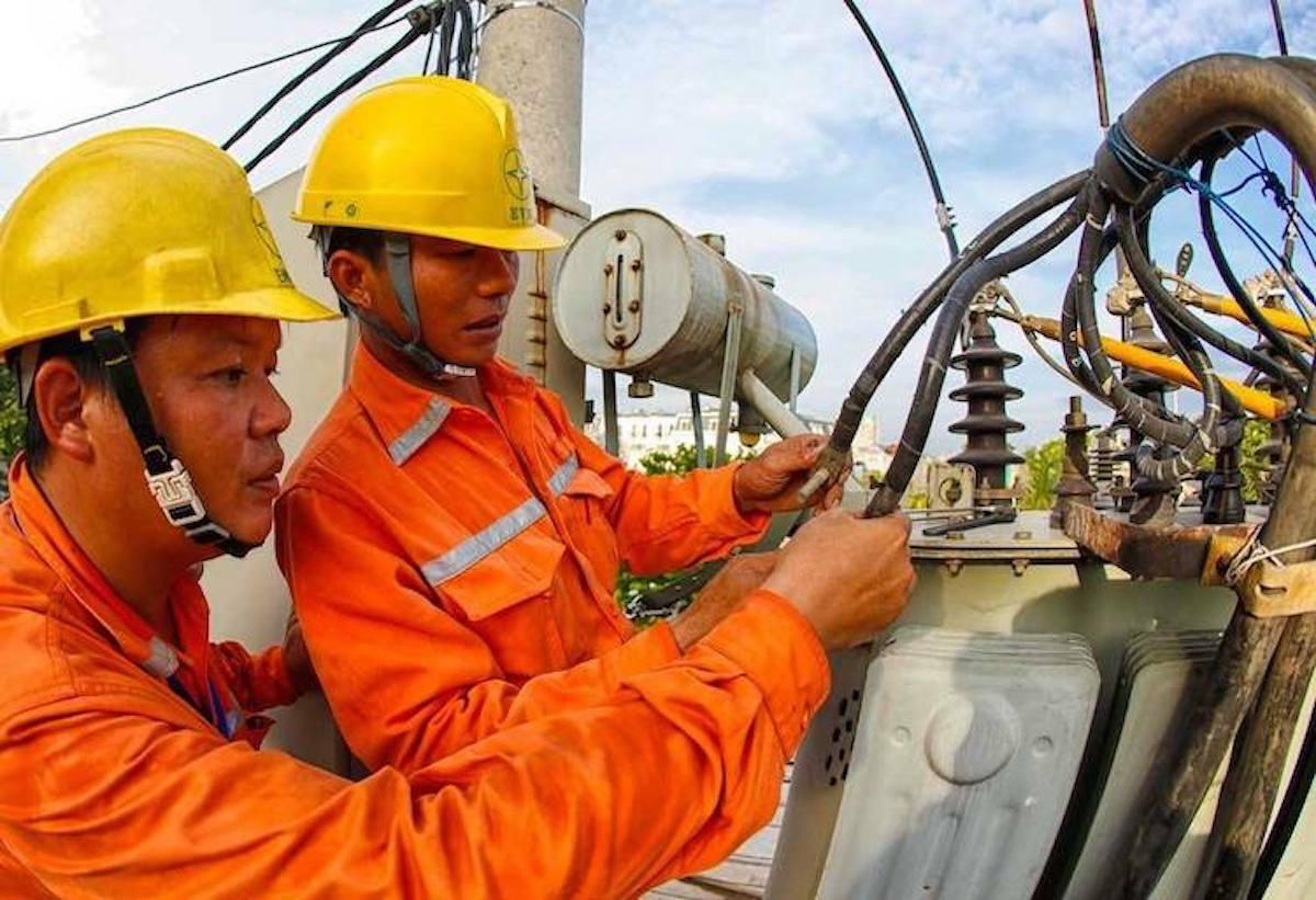 Công nhân điện lực sửa chữa sự cố trên đường dây mùa nắng nóng. Ảnh: Minh Hà