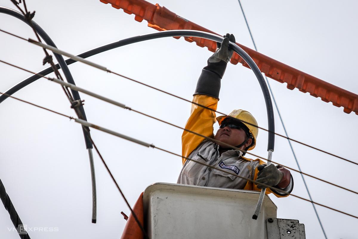 Công nhân Điện lực TP HCM sửa chữa điện trong mùa nắng nóng. Ảnh: Thành Nguyễn