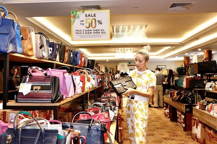 Người mẫu Quỳnh Anh Shyn lựa chọn túi xách đang được giảm tới 50% tại DAFC Private Sale.