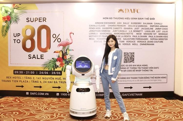 Ca sĩ Han Sara cùng robot Cruzr tại sự kiện.
