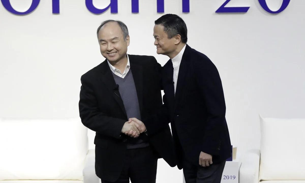 Masayoshi Son và Jack Ma tại một sự kiện ở Tokyo năm 2019. Ảnh: Bloomberg
