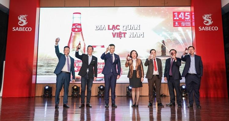 Ông/bà... (vị nào) - chức danh cùng đại diện Sabeco tại lễ ra mắt bia Lạc Việt.