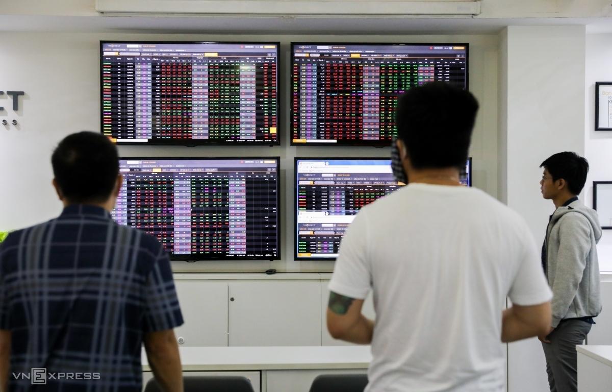 Nhà đầu tư cá nhân quan sát bảng giá tại một công ty chứng khoán. Ảnh: Quỳnh Trần.