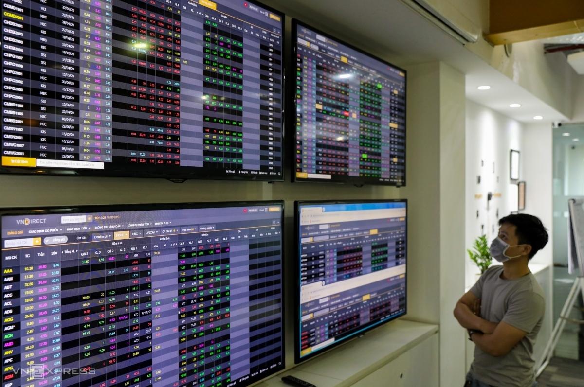 Nhà đầu tư quan sát bảng giá trực tuyến tại một công ty chứng khoán. Ảnh: Quỳnh Trần.