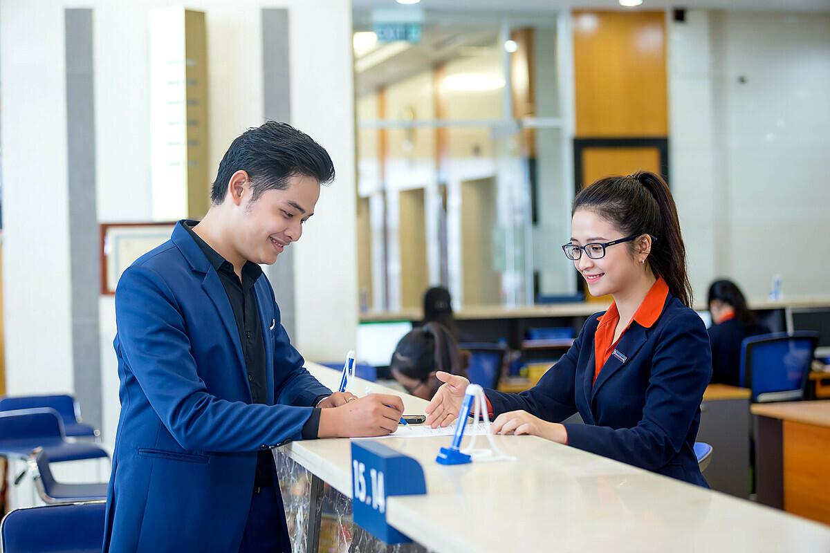Nhân viên Sacombank giới thiệu các chương trình ưu đãi. Xem thêm thông tin ưu đãi tại đây. Hotline:1900555588.