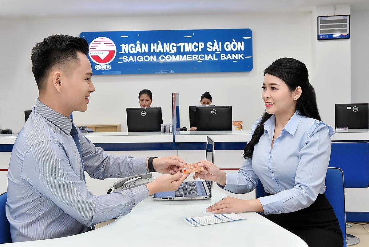 Khách hàng giao dịch tại ngân hàng SCB.
