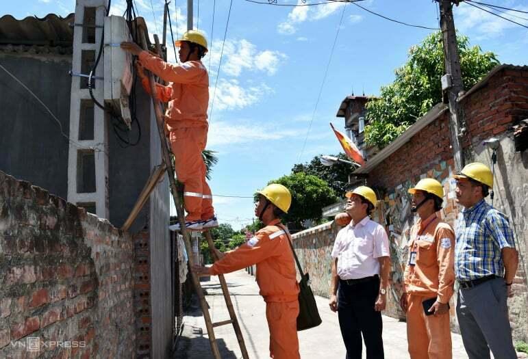 Kiểm tra ghi chỉ số công tơ điện tại huyện Mê Linh (Hà Nội) ngày 26/6. Ảnh: Minh Hà