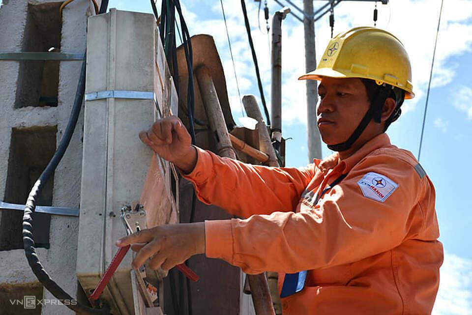 Công nhân điện lực Mê Linh - Hà Nội kiểm tra công tơ. Ảnh: Minh Hà.