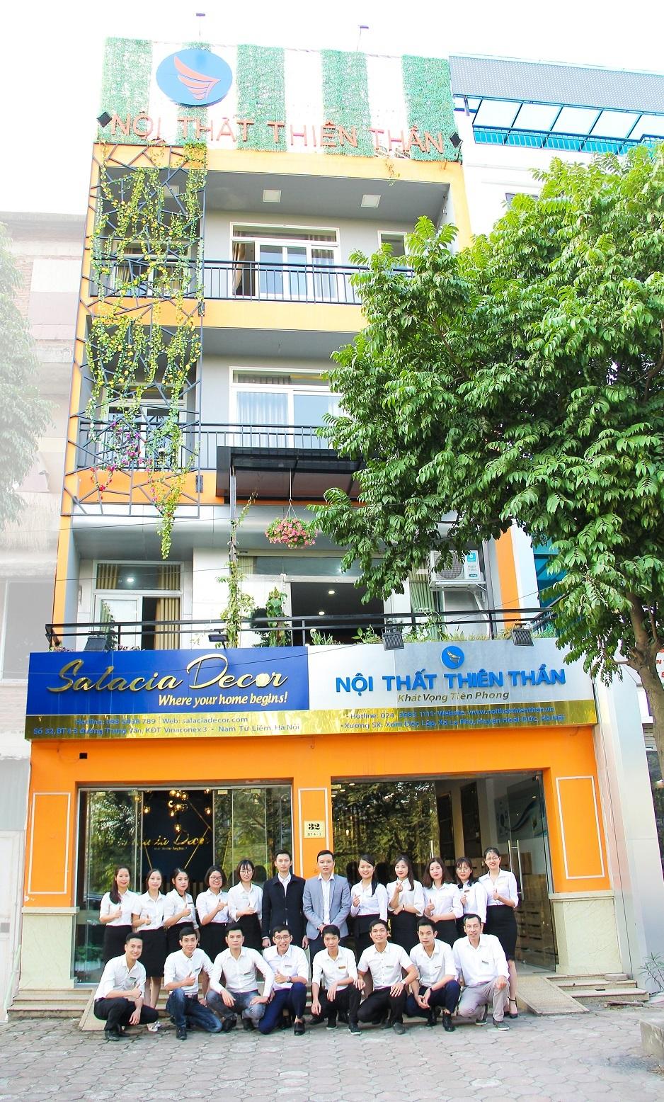 Ban lãnh đạo Công ty Nội thất Thiên Thần (thứ 6 và 7 từ trái sang) cùng các nhân viên trước trụ sở số 32, BT4 - 3 KĐT Trung Văn Vinaconex 3, Nam Từ Liêm, Hà Nội.