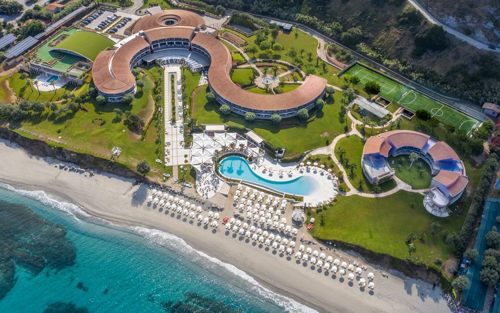Bên cạnh những khách sạn ẩn bên trong các công trình cổ, MGallery còn vận hành trong hệ thống của mình những khách sạn nương mình theo không gian trù phú của thiên nhiên. Capovaticano Resort Thalasso Spa - MGallery Hotel Collection (Italy) là một điển hình với lối kiến trúc uốn lượn, mô phỏng theo những đường sóng của bờ biển Calabria. Nơi đây nổi tiếng với bãi cát trắng và làn nước trong như ngọc.