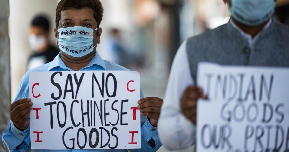 Người biểu tình Ấn Độ cầm biểu ngữ tẩy chay hàng Trung Quốc tại New Delhi vào 12/6. Ảnh: AFP