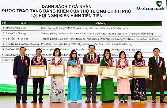 Các cá nhân nhận bằng khen tại hội nghị điển hình tiên tiến lần thứ 5 của Vietcombank.