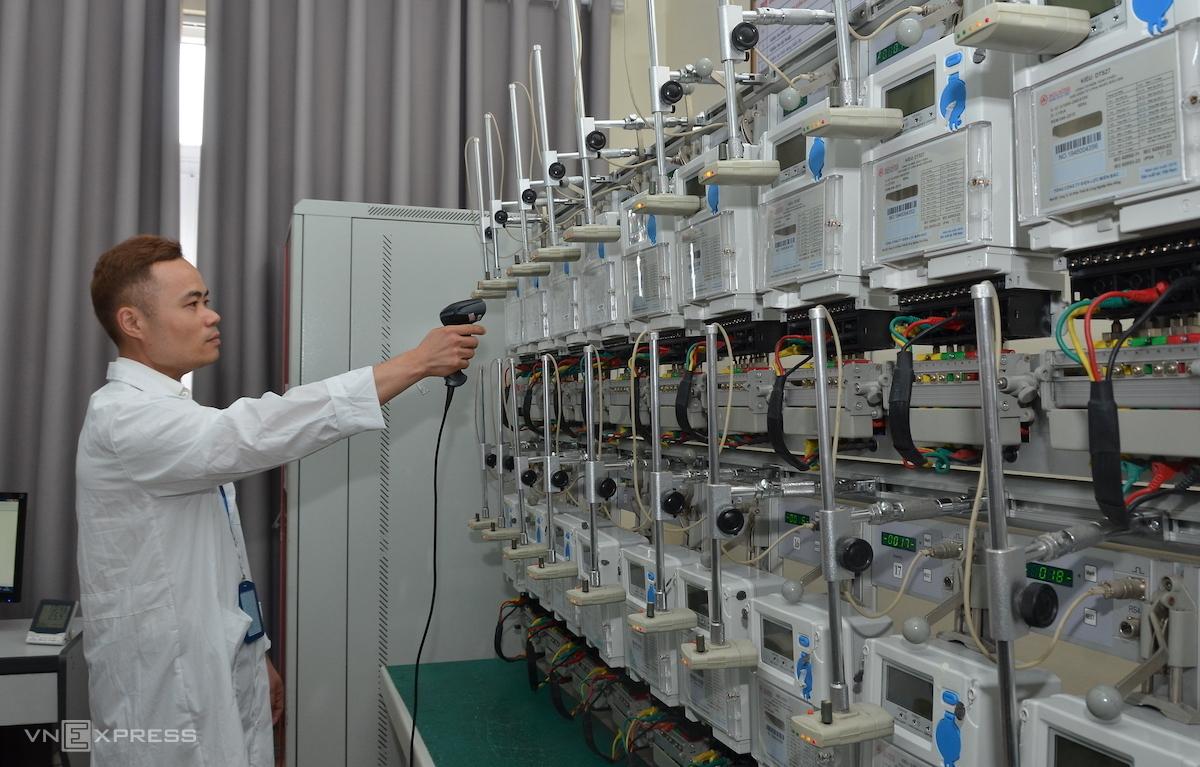 Nhân viên kiểm định tiến hành các bước kiểm định chất lượng công tơ trước khi đưa lên lưới, sử dụng. Ảnh: H.Thu