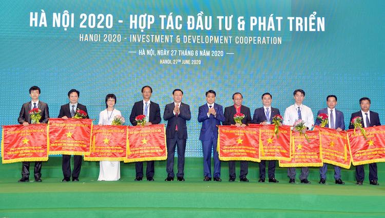 Đại diện VNPAY (thứ 2 bên trái) cùng các doanh nghiệp được vinh danh