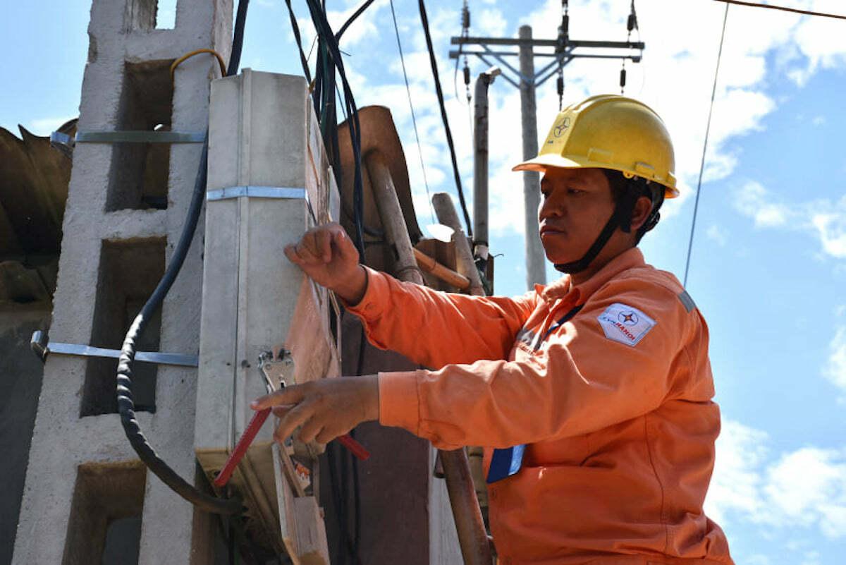 Công nhân Điện lực Hà Nội kiểm tra công tơ điện trong những ngày nắng nóng. Ảnh: Minh Hà