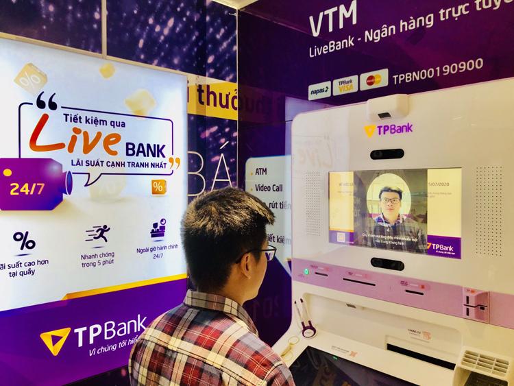 Một khách hàng giao dịch qua nhận diện khuôn mặt tại Live Bank.