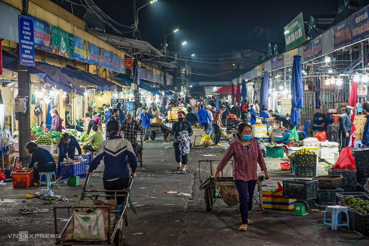 Buôn bán về đêm tại chợ Long Biên (Hà Nội) ngày 16/4. Ảnh: Thanh Huế.