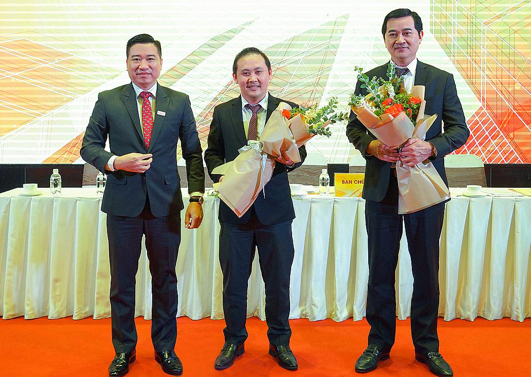 Ông Nguyễn Đình Trung, Chủ tịch HĐQT tặng hoa cho ông Trương Văn Việt, Phó chủ tịch HĐQT và ông Hạ Tấn Minh, thành viên HĐQT độc lập mới của Hưng Thịnh Incons (từ trái sang).