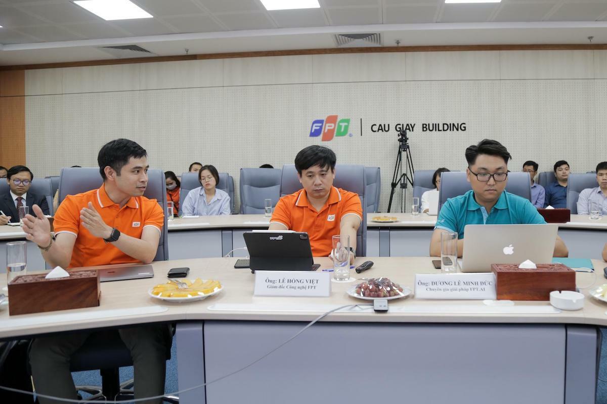Ông Bùi Đình Giáp, ông Lê Hồng Việt và ông Dương Lê Minh Đức trả lời câu hỏi từ doanh nghiệp.